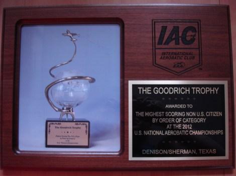 Troféu recebido por Francis Barros, como melhor competidor não-americano