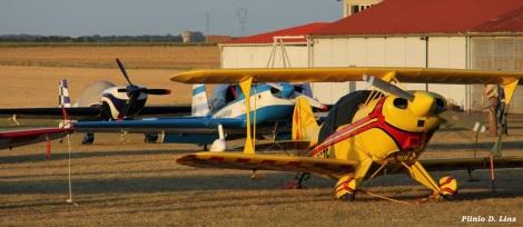 Aviões de competição alinhados em Chateauroux, França.
