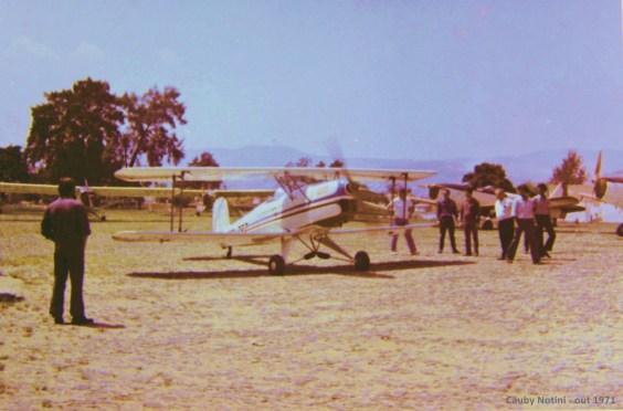Patio de estacionamento. Ao fundo dois Fairchild PT-19