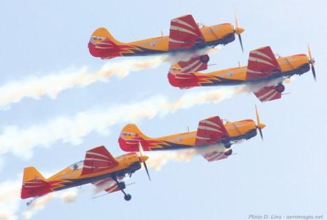 Irina voando Yak-54 com a esquadrilha